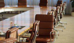 Braune Sessel in Konferenzraum Meeting