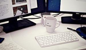 Arbeitsplatz mit Tastatur und Kaffee