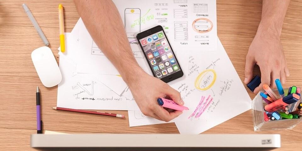 Schreibtisch mit Smartphone