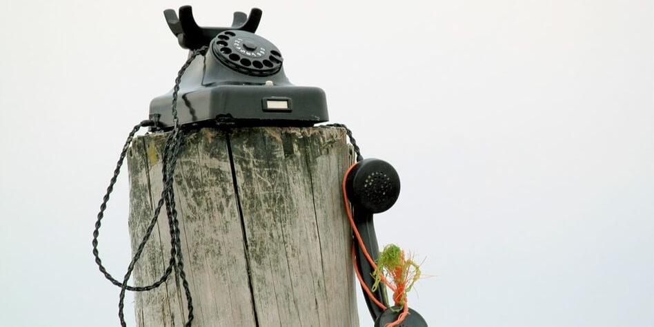 Telefon auf Holzstamm
